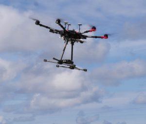 Dron FlyandWatch wyposażony wmagnetometr podczas lotu. Fot.FlyandWatch